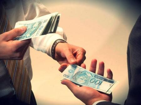duas pessoas trocando dinheiro