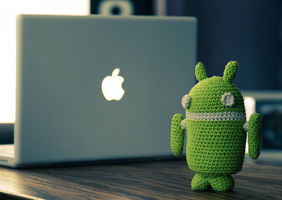 Computador Apple e boneca Android