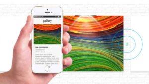 mão com telefone e design colorido